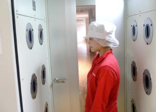 決められた設定時間までエアーシャワーを使い付着した塵埃を除塵します。